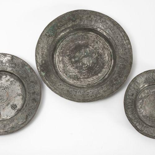EMPIRE OTTOMAN, XIXème XXème siècles Trois plats circulaires en cuivre étamé à d…