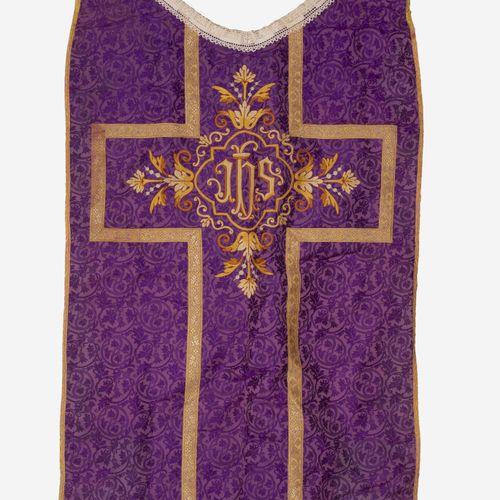 Vêtements liturgiques. Chasuble polychrome à fond rouge et bordures jaunes à mot…