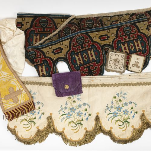 Ornements liturgiques. Etole à fond en soie écrue et motifs jaune et brun et fra…