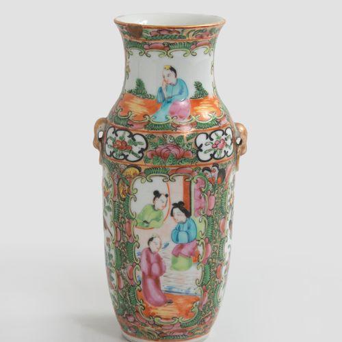 CHINE, XIXème XXème siècles Petit vase en porcelaine à décor polychrome de Canto…