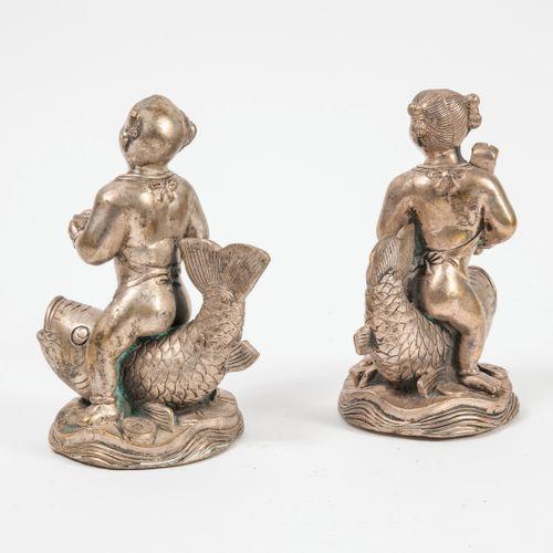 CHINE, XXème siècle Fillette et garçonnet chevauchant chacun une carpe.  Statuet…