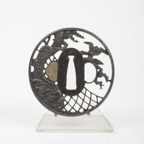 JAPON, fin du XIXème siècle Tsuba Maru Gata en fer ajouré, patiné et rehauts d'o…
