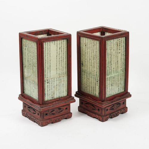CHINE, XXème siècle Paire de petites lanternes à poser de section carrée en bois…