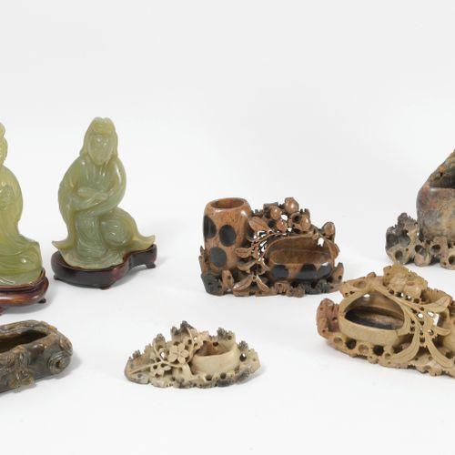 CHINE, XXème siècle Lot comprenant :   Deux sujets en serpentine verte sculptée …