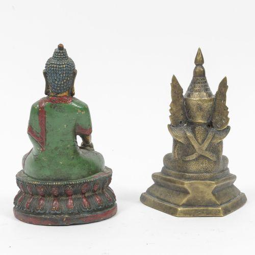 BIRMANIE ou CHINE, XXème siècle Bouddha.  Trois statuettes en laiton doré, dont …