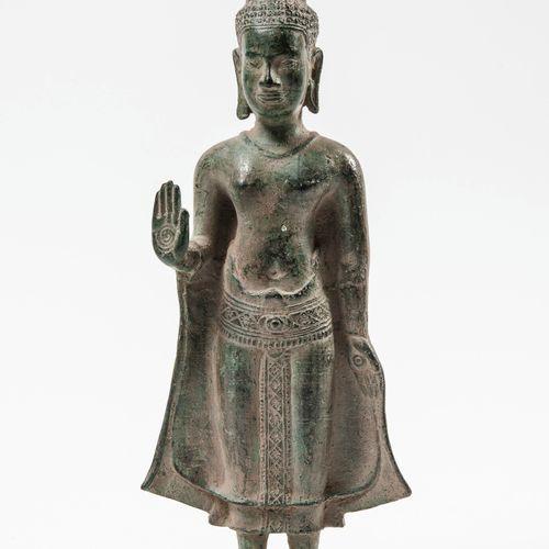 CAMBODGE, XXème siècle Bouddha debout en bronze de patine verte, la main droite …