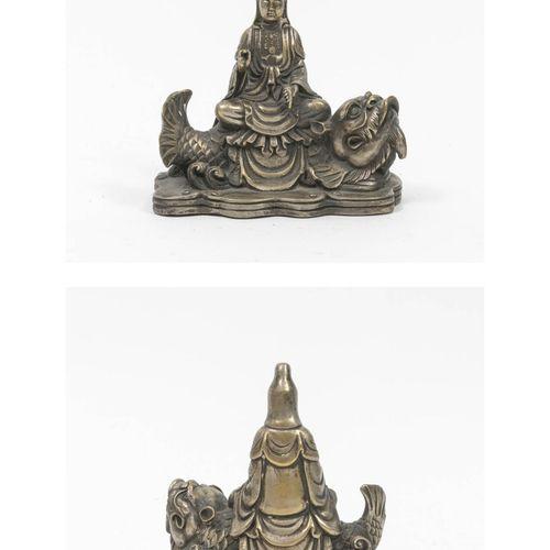 CHINE, XXème siècle Bouddha assis sur un poisson sur une base lobée.  Statuette …