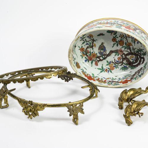 CHINE, XIXÈME SIÈCLE Jardinière ovale en porcelaine à décor émaillé polychrome e…