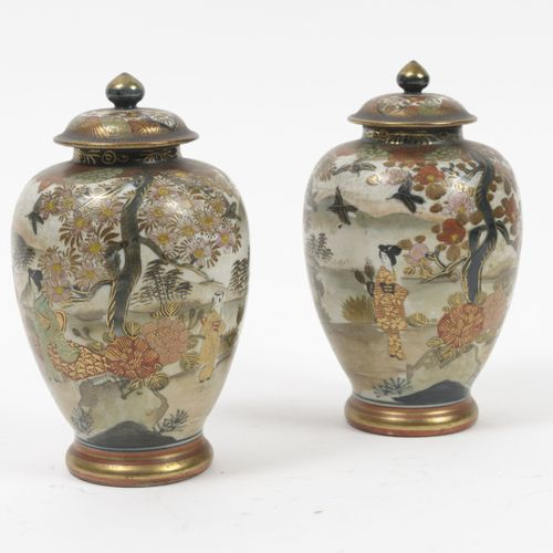 JAPON, Satsuma, début du XXème siècle. Paire de vases balustre couverts, en porc…