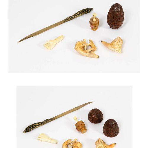 Lot :   boîte à chapelet en noix de corozo en forme d'oeuf sculptée de fleurette…