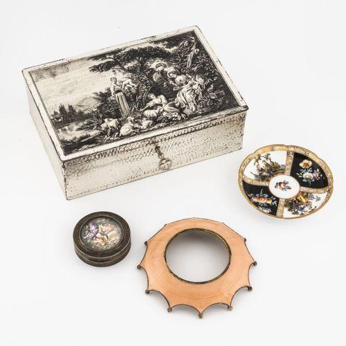 Quatre objets de vitrine :   Petit poudrier circulaire en argent (800) guilloché…