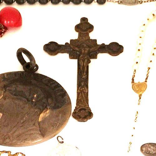 Ensemble de médailles religieuses, chapelets, croix en métal, bronze, résine, ve…