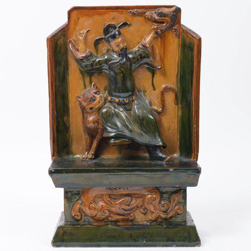 CHINE, XIXÈME SIÈCLE Stèle en grès émaillé à décor d'un Lohan assis sur un tigre…