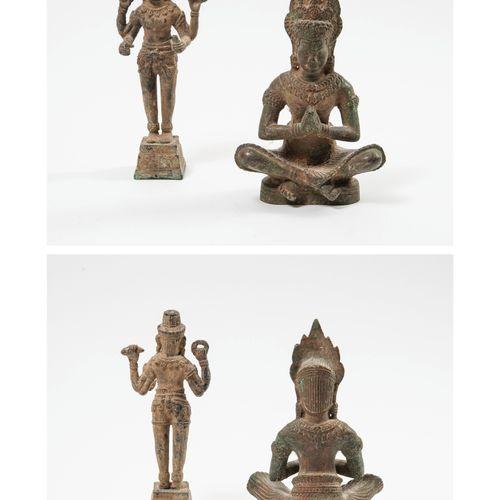 CAMBODGE, XXème siècle Deux sujets en bronze de patine terreuse, l'un figurant V…