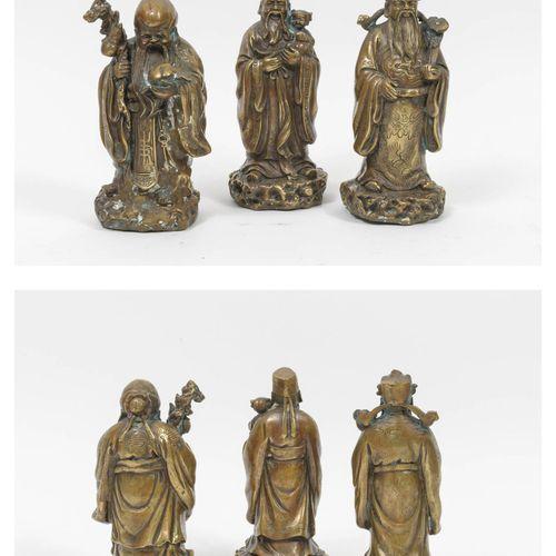 CHINE, XXème siècle Trois sages.  Trois statuettes en bronze et alliages, à pati…