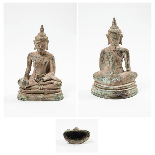 CAMBODGE, XXème siècle Bouddha en bronze de patine terreuse, figuré assis en méd…