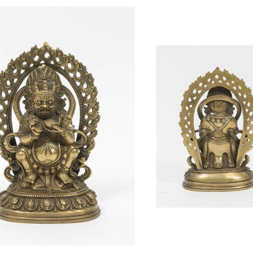 TIBET Mahakala portant une couronne de tête de mort, assis dans une mandorle et …