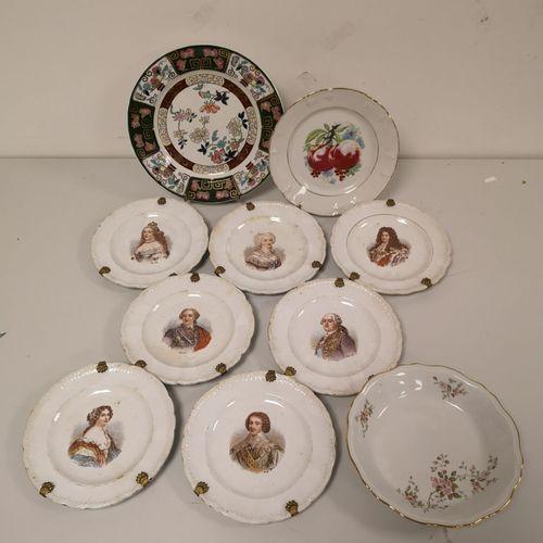 Lot de 7 assiettes en faïence fine à décor imprimé des rois et reines de France.…