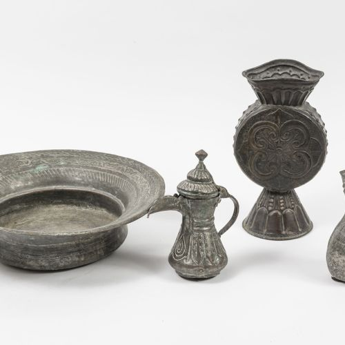 EMPIRE OTTOMAN, XIXème XXème siècles Trois pièces en cuivre étamé :   Deux verse…