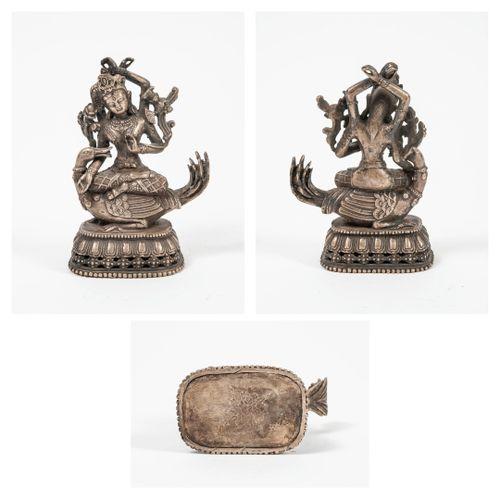 CHINE, début du XXème siècle Bodhisattva à quatre bras reposant sur une oie. Bas…
