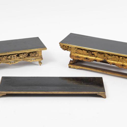 JAPON, XXème siècle Deux petits autels bouddhistes en bois laqué noir et doré, r…