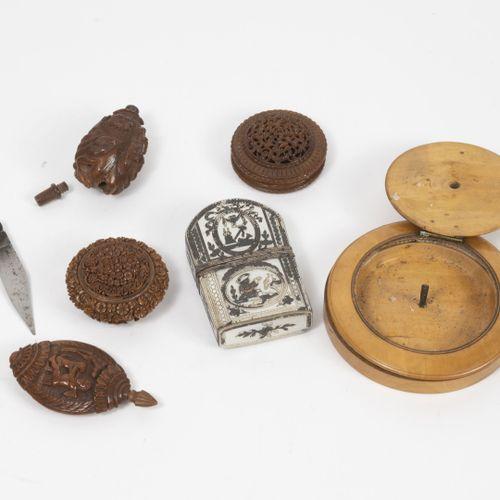 Petit lot d'objets de vitrine du XIXème siècle : étui nécessaire en plaques de n…