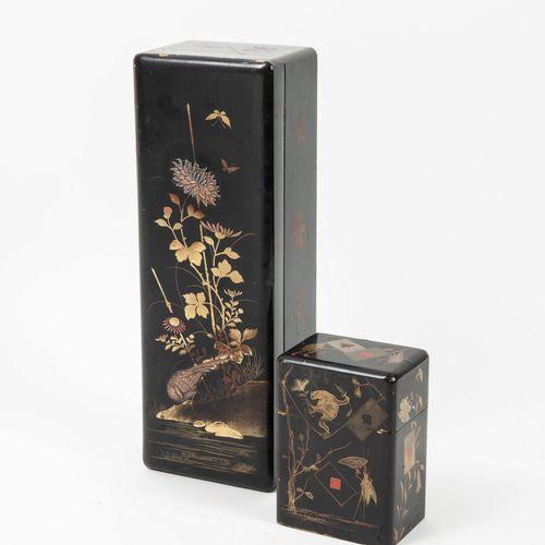 JAPON, début du XXème siècle Deux coffrets en bois laqué polychrome et doré à fo…