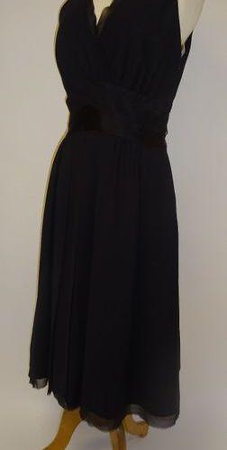 Dice Kayek  Robe en crêpe noire à décolletté en V, croisé, sans manche, taille r…