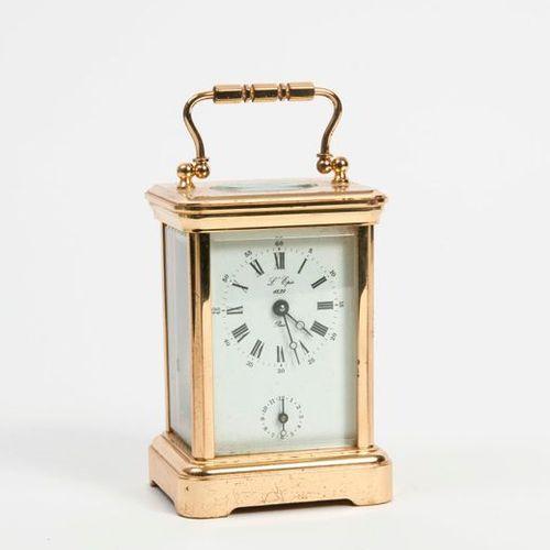 L'ÉPÉE  Pendulette réveil d'officier en laiton doré.  Cabinet rectangle à quatre…