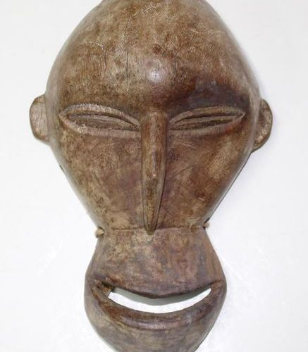 Maske der Hemba Soko Mutu Congo monkey mask, light wood. Beak shaped nose with r…