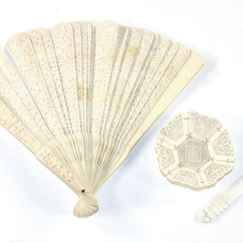 Asiatika Kleinobjekte Fan China. Leg, with richly carved decoration. Bamboo fore…