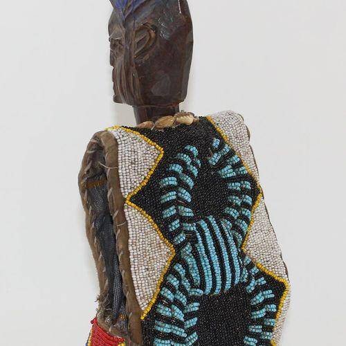Ibeji Figur Yoruba Nigeria. Figur mit altem Perlenmantel. Hohe blaue Kammfrisur.…