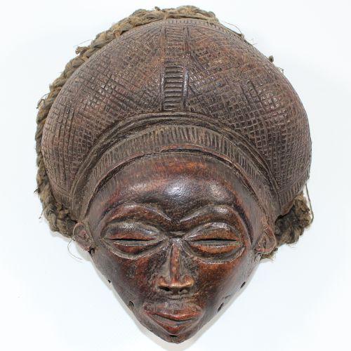 Maske der Chokwe Angola. Feine Maske mit Basthaaren. Dunkelbraune Patina. Aus de…