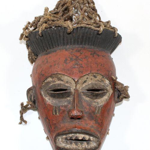 Maske der Chokwe Angola. Feine Maske mit Basthaaren. Rötlich braune Farbfassung.…