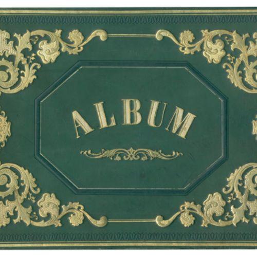 Grünes Lederalbum dans le style du XIXe siècle avec de riches ornements dorés et…
