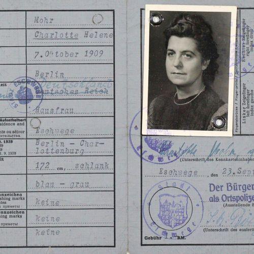 "Teilnachlass 邓尼茨的秘书夏洛特 莫尔(和她的丈夫沃尔特 莫尔)。在透明的袖子和MOD中。填充在一个mod.文件夹中。 被称为 ""Mohrchen …"
