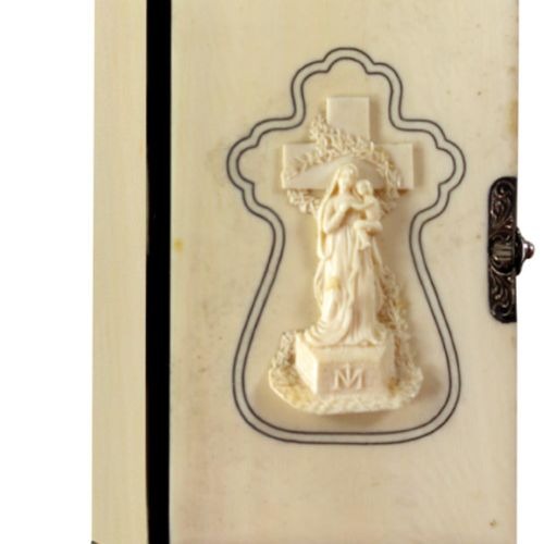 Elfenbein Einband, 法国19世纪下半叶,Cl.8°。封面上有应用雕刻的浮雕,描绘的是圣母的形象,有一个双线的、打孔的、十字架形状的黑色框架。带…