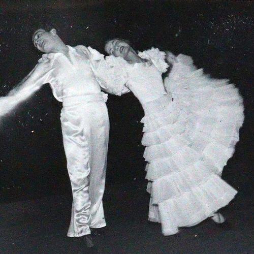 """Corsy. 莱莎和卡洛 凡 科西。 卡洛和莱莎 凡 科西(后来:凯瑟 科西)是魏玛共和国和国家社会主义时期的 """"模仿 杂技""""(Presse St)表现性舞蹈组…"""