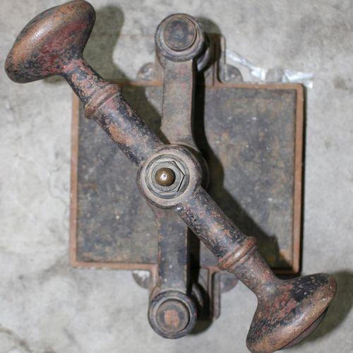 Buchpressen. 1900年左右的3台压力机,铁制铸件。机械装置运转良好。原始的未清洗状态。高:29 46厘米。由货运代理收取或运送。