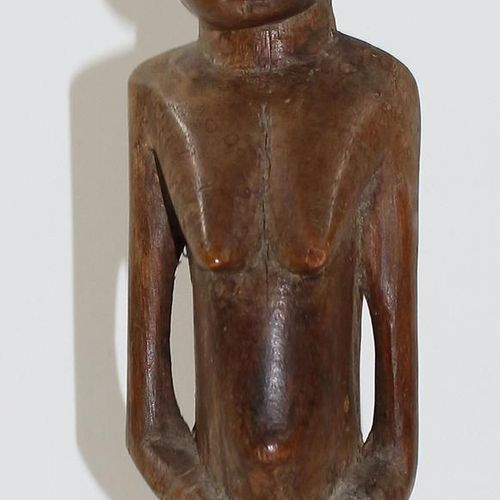 Ahnenfigur Senufo weibliche Figur auf rundem Standhocker sitzend. H: 31 cm. Aus …