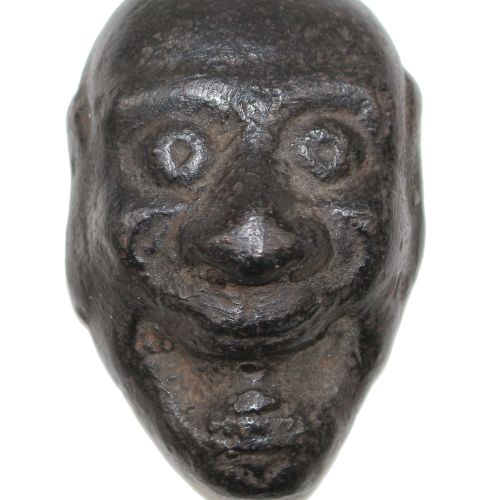Japan Eisenmaske wohl No Theater. Wohl frühe Edo Periode. Groteskes, lachendes G…
