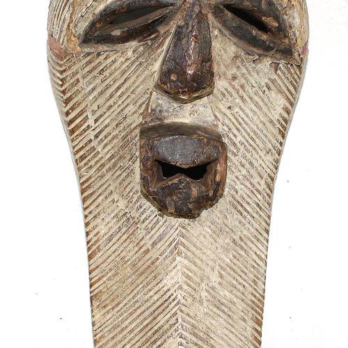 Songe weibliche Maske D.R.Congo.卵圆形的面罩,有横向的孵化。盒状嘴。高岭土着色。由于年代久远,头部和颈部有损坏和丢失的部分。长:…
