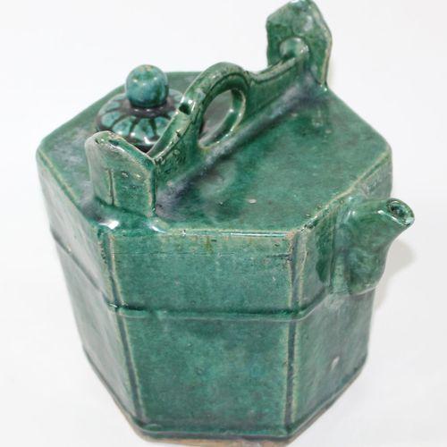 China paar Teekannen. 炻器绿色和绿褐色的釉面。六角形壶,有手柄、壶嘴和塞子。高:20厘米。最小的釉面损伤。龙形手柄的茶壶,龙口为壶嘴。(壶…