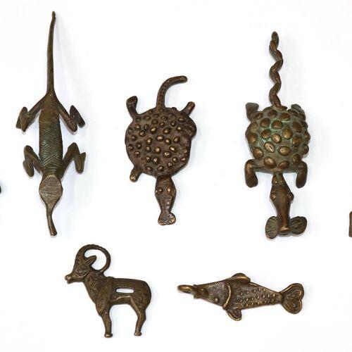 Asiatische Schenkkanne probablement Tibet, XIXe siècle. Bronze avec tête de drag…