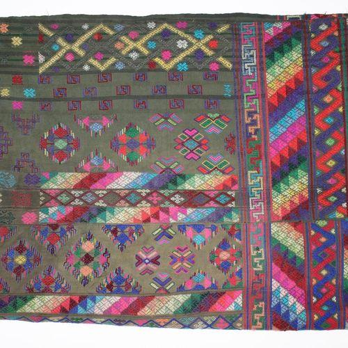 Tagesdecke u. Timor Sarong. Paar fein bestickte, gewobene Stoffe. Grüner Grund m…