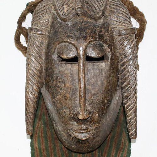 Maske der Bambara/Bamana Burkina Faso. Holz mit dunkler Patina. Kammfrisur sowie…