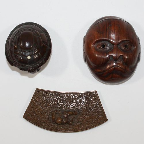 Oni im Schildkrötenpanzer. Netsuke en buis avec petit champignon en ivoire. Oni …