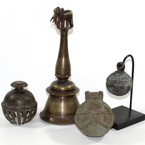 Bronzeglocken wohl Indien u. Tibet. Große Bronzeglocke mit indischer Inschrift u…