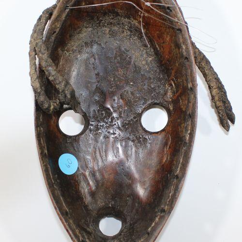 Maske Dan Liberia 卵圆形面具,有闪亮的棕色铜锈。圆形的眼睛和嘴。头发修剪可能是皮革、黄铜和高丽。26厘米。来自慕尼黑沃尔夫冈 内利希博士的收藏…