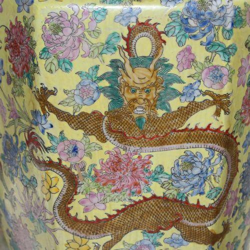 China Vase mit Mingdrachen. Große Henkelvase im famille jeune Dekor. Reicher Dek…